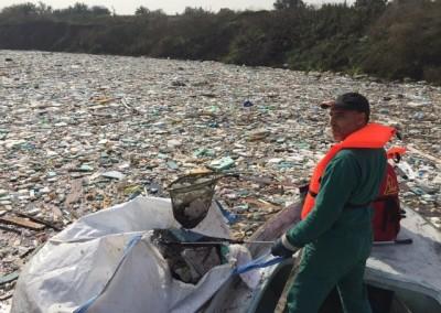 почистване на водоем от пластмаси