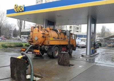 почистване на резервоари на бензиностанция
